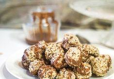 Kokos, ovesné vločky, med, chia semínka a vanilkový extrakt smíchejte ve větší míse. Z hmoty tvarujte v dlaních kuličky (pokud se hmota drolí, přidávejte po lžičkách med). Kuličky naskládejte na talíř a dejte na 10 minut do ledničky. Mezitím si rozehřejte čokoládu, vyndejte kuličky a polejte je rozpuštěnou...