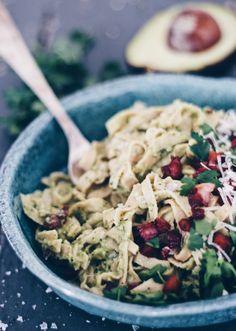 Sund spaghetti carbonara. Find opskriften på en sund version af klassikeren spaghetti carbonara her. Retten er lavet på soyabønnepasta og vendt i en cremet avocadocreme. Find opskriften her.