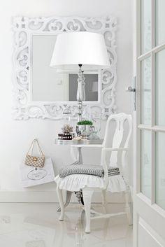 Alakerran makuuhuoneen valkoiseksi maalattu peili löytyi Askosta, pyöreä pöytä ja valaisimen jalka Cobellosta, varjostin Mosa Interiorsista.