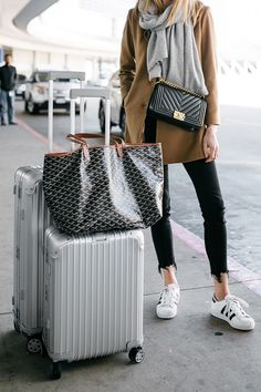 40 Summer Travel Outfits to Make you Feel Comfy – Page 2 – BelleTag – comfy travel outfit summer Goyard Tote, Rimowa Luggage, Goyard Luggage, Chanel Luggage, Travel Outfit Summer, Travel Outfits, Summer Travel, Sneakers Street Style, Kooples