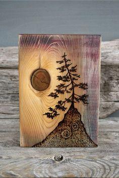 Деревянная картина с сучком.
