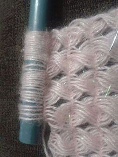 Ripple stitch + broomstick lace (sort of), very nice for shawls, etc.: photo from a Russian site; and here is a Turkish video that provides good demo instruction even if you don Crochet Flower Tutorial, Crochet Stitches Patterns, Lace Patterns, Baby Knitting Patterns, Crochet Flowers, Broomstick Lace Crochet, Hairpin Lace Crochet, Crochet Motif, Diy Crafts Knitting
