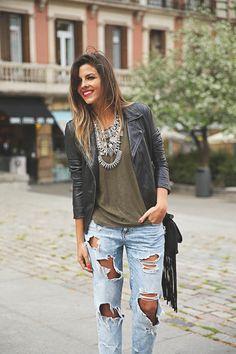trendy-taste-look-outfit-street-style-ootd-blog-blogger-fashion-spain-moda-españa-boyfriend-vaqueros-jeans-steve-madden-sandalias-verano-primavera-leather-jacket-chaqueta-cuero-khaki-caqui-ripped-rotos-8