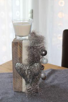 AW03 – Kleine Dekosäule aus altem Holz! Dekoriert mit einem Kerzenglas, Filz und Kunstfellband, Engelsflügel und Weihnachtskugeln! Preis 29,90€