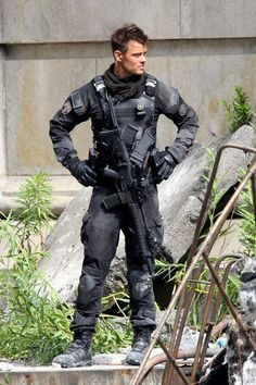 Josh Duhamel in Transformers awesome costume Josh Duhamel Transformers, Transformers 5, Dakota Do Norte, Sexy Military Men, Eric Dane, Hey Good Lookin, Hottest Male Celebrities, Handsome Actors, Skylar Astin
