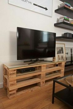 There are so many easy DIY ideas to complete your furniture range for your sweet home. To understand the easy DIY furniture ideas just look at this DIY pallet TV stand because a TV is a very dire need of every home Tv Pallet, Rack Pallet, Wood Pallets, Pallet Furniture Tv Stand, Pallet Tv Stands, Diy Furniture, Tv Stand Plans, Diy Tv Stand, Diy Pallet Projects
