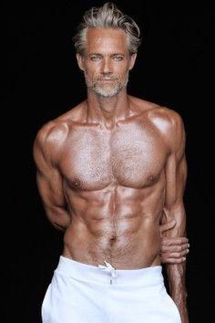 Long Gray Hair, Men With Grey Hair, Silver Foxes Men, Older Mens Hairstyles, Handsome Older Men, Gentlemans Club, Hommes Sexy, Mature Men, Shirtless Men