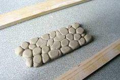 Voici un tutoriel pour faire des murs ou sol super facilement avec du réalisme. Effet pierre ou dalle comme la photo ci-dessus. Matériel : - un rouleau - une paire de tasseaux de même épaisseur - un bol d'eau - une spatule - un grand chiffon si votre...