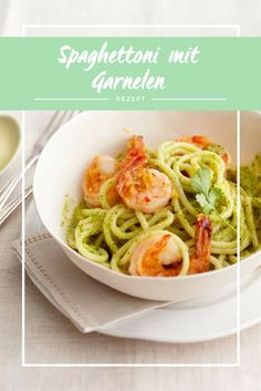 Die Begeisterung wächst mit jeder Gabel, wenn Pasta auf chiligeschärfte Garnelen, Ingwer, Koriander und einen besonderen Pesto trifft.