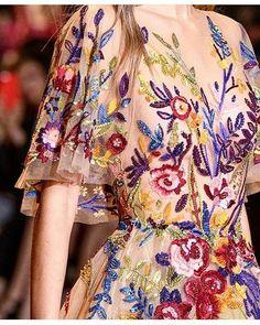 Vestidazo de #zuhairmurad para caer . De verdad jamás dejaré de admirar el trabajo artesanal tan lleno de estilo! #hautecouture #design #embroidery #diseño #altacostura #bordado #hechoamano #handmade #inspiration #sunday