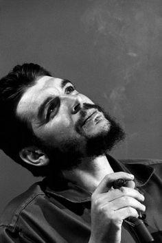 Che Guevara by Elliott Erwitt . Algo  que te preocupe Ernesto? Creo  que el pronóstico es que va a llover en Bolivia.