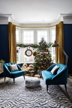 A classic Christmas tree decorated in greens, blues and golds matches the scheme of the living room. The op-art meets animal print rug adds a dash of humour to the sophisticated space. Classy Christmas, Christmas Home, Modern Christmas, Christmas Design, Christmas Interiors, Living Room Designs, Living Room Decor, Glamour Living Room, London Living Room