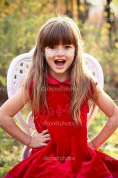 encantadora niña en una silla en el bosque de otoño - Imagen de stock: 14799875