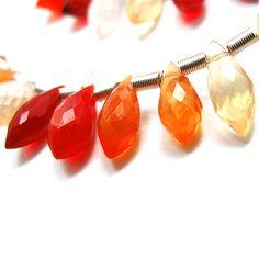 『ファイアオパール ( opalo de fuego )』 https://ureruyo.com/houseki/nobrand-jewelry/fire-opal/ オパールの中でも普通の赤色ではない、ちらちらと揺れる炎のような遊色が見られるオパールをファイアオパールと呼びます。日本では赤いオパールを一括してファイアオパール と呼ぶ傾向がありますが、主要な発掘場所のメキシコでは ( opalo de fuego )と呼ばれ区別されます。