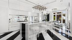 Hablar de Tommy Hilfiger es referirnos a uno de los más grandes íconos de la industria de la moda. Su talento e influencia fue tan grande, que logró construir un enorme imperio y convertir su nombre en una marca mundialmente conocida. Hoy, el famoso diseñador ha puesto a la venta su mansión en Miami por US$ 27.5 millones.. Foto 11 de 14