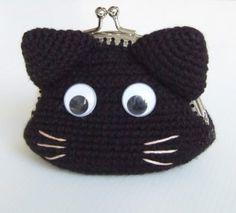 Porta-moedas em forma de gato que pode ser produzido em diferentes cores mendiante encomenda. Chat Crochet, Crochet For Kids, Crochet Baby, Free Crochet, Crochet Change Purse, Crochet Coin Purse, Knitted Dolls, Knitted Bags, Crochet Headband Tutorial