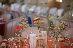 Décoration table mariage nappe couleur, fleurs gerbera et gypsophile lanterne menu calque ruban
