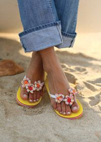 Transform plain flip flops with crochet flowers. It's so easy… - free pattern - Hamon Brzowski Hamon Brzowski Mauldin Walker Crochet Flip Flops, Crochet Slippers, Knit Crochet, Free Crochet, Flip Flop Craft, Fru Fru, Bare Foot Sandals, Mellow Yellow, Crochet Accessories
