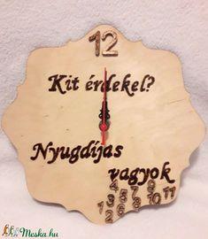 Fa alapanyagra készült falióra, néma óraszerkezettel, pirogravírozott felirattal.Kitűnő ajándék nyugdíjasoknak, nyugdíjba vonulóknak.Mérete:25 cm átmérőjű