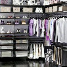 Son zamanların en büyük trendi giyinme odaları. Evet büyük kocaman evlerde taaa eskiden beri olan bu odalar artık ne istediğini bilen, fazla odası az çocuğu olanlar için de uygulanabilir bir hal al…