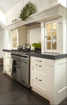 White kitchen cabinets with contrasting dark top. Kitchen Interior, New Kitchen, Kitchen Dining, Kitchen Decor, Kitchen Ideas, Cocinas Kitchen, Kitchen And Bath Design, Kitchen Cabinetry, Wall Cabinets