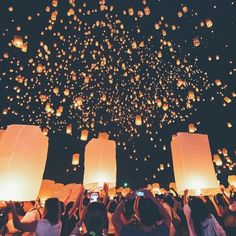The Loy Krathong Festival 2017 is happening during these days in Chiang Mai, Thailand! On the night of the full moon, lighted Khom Loi (Lanna style sky lanterns) are released into the air through the course of the night. The act of releasing the lantern symbolizes letting go of all ills and misfortunes in the previous year, and Buddhists also believe that if you make a wish when you set off the lantern, it will come true ✨ #loikrathong #thailand #thaiculture #discoveringthailand
