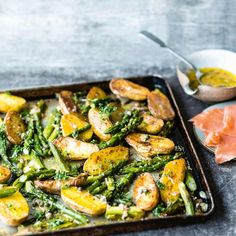 Grüner Spargel mit Kartoffeln vom Blech: Rezept Green asparagus with potatoes from the tin: recipe – [living at home] Healthy Dinner Recipes, Healthy Snacks, Vegetarian Recipes, Healthy Eating, Cooking Recipes, Asparagus Recipe, Clean Eating, Food And Drink, Easy Meals