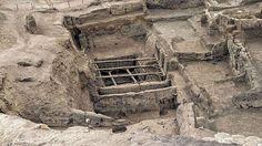 """Çatalhöyük-Eine der älstesten Städte der Welt ist Çatalhöyük (sprich: """"Tschatal Höjük"""") in der Türkei. Ihre Anfänge reichen bis ins Jahr 9.400 vor Christus zurück. Die damaligen Siedler schlossen sich zusammen, um 7.400 vor Christus wurden die ersten Häuser errichtet, bald wuchs eine Stadt daraus. Archäologen glauben, dass in der Jungsteinzeit bis zu 8.000 Menschen in Catalhöyük lebten."""