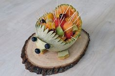 How to Make a Hedgehog Out of a Cantaloupe: Step-by-step instructions for cutting a cantaloupe into a cute hedgehog serving piece for fruit slices. Baby Shower Fruit, Boy Baby Shower Themes, Baby Boy Shower, Aperitivos Para Baby Shower, Baby Shower Appetizers, Comida Para Baby Shower, Fotos Baby Shower, Baby Hedgehog, Hedgehog Birthday