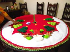 Resultado de imagen para manteles y pie de amigos de navidad Christmas Stockings, Christmas Wreaths, Merry Christmas, Christmas Decorations, Xmas, Holiday Decor, Garland Hanger, Tree Skirts, Diy And Crafts