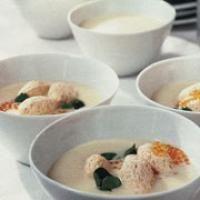 Spargelcremesuppe mit Lachsklößchen