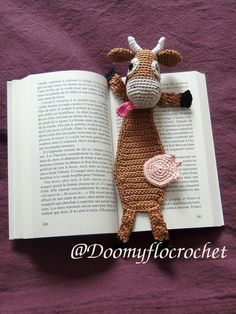 Knitting Patterns Funny Bookmark funny cow that pulls flattened tongue-shaped car between the pages. The head … Marque-pages Au Crochet, Crochet Books, Crochet Gifts, Free Crochet, Knitting Patterns, Crochet Patterns, Crochet Humor, Crochet Bookmarks, Book Markers
