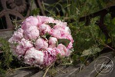 Prachtig trouwboeket van zachtroze pioenrozen en gipskruid. Door Ansje Priem bloemen. http://www.trouwfotografiefreya.nl/klanten/knusse-bruiloft-opgevouwen-fiat-500