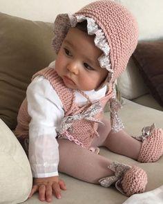 Es que no puedo con ella, me muero con esta carita 😍😍😍 Por fin he podido sacar tiempo para hacerle a Elena uno de mis conjuntos favoritos… Handgemachtes Baby, Baby Vest, My Baby Girl, Baby Kids, Baby Hats Knitting, Baby Knitting Patterns, Knitted Hats, Knitted Baby Outfits, Crochet Bib