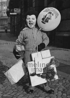 Weihnachten, 1936. ullstein bild - Heinz Fremke/Timeline Images #Weihnachtsgeschenke #Weihnachten #Luftballon #schwarzweiß #historisch #historical #1930er #30er #30ies #christmas #Pakete #Junge #Kind #Geschenke #Überraschung Timeline Images, Heinz, Retro, Germany, History, Christmas, Little Boys, Balloons, Christmas Presents