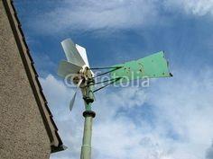 Grüne Wetterfahne mit Windrad in Heilpup bei Oerlinghausen im Teutoburger Wald bei Detmold im Kreis Lippe