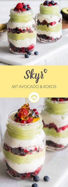 Du willst fit in den Tag starten? Mit der Melange aus Avocado-Mousse, Skyr und einer sanften Kokosnote bleibst über mehrer Stunden satt und glücklich.