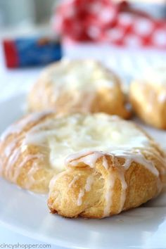 Easy Cream Cheese Danish - made with crescent rolls. Perfect for simple on the go breakfast. Great for holiday brunches and desserts too! Cream Cheese Pastry, Cream Cheese Crescent Rolls, Cream Cheese Desserts, Starbucks Cheese Danish Recipe, Homemade Cheese Danish Recipe, Danish Food, Danish Pastries, Puff Pastries, Sweet Pastries