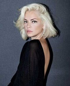 Dolores Fonzi, Check out this platinum blonde bob and cool graphic eyeliner. Hair Day, New Hair, Corte Y Color, Haircut Styles, Grunge Hair, Great Hair, Pretty Hairstyles, Blonde Hairstyles, Hairstyle Ideas