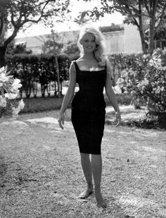 Sexy petite robe noire! https://vieuxneufrecycle.wordpress.com/2016/02/27/icones-de-mode-brigitte-bardot/ http://amzn.to/2sUSflW