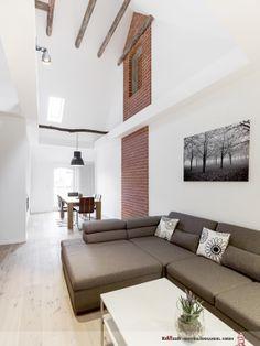 Bodentiefe Fensterelemente und zusätzliche Lichtquellen in den Decken tragen die Sonne durch den ganzen Raum. Ein angrenzender, 18m² großer Balkon erweitert die Fläche unter freiem Himmel.
