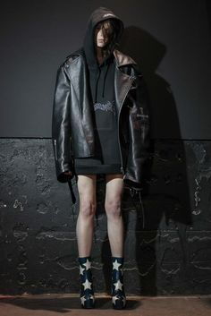 vetements has arrived! a paris-based design collective with ties to the margiela & vuitton maisons. vetements will be available in the tyler st, wellington and melbourne stores. Fashion Week, Winter Fashion, Fashion Show, Fashion Design, Fashion Killa, Fashion 2018, Men's Fashion, Athleisure, Grunge