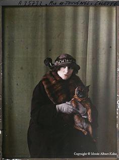 Colette (1873-1954), écrivain - Colette et son bouledogue français Toby-chien,  photographie autochrome de Roger Dumas - 1922 - Musée Albert-Kahn -