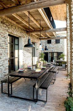 Investir la terrasse comme une pièce en plus de la maison . Design Exterior, Patio Design, House Design, Garden Design, Colonial Exterior, Wall Exterior, Cottage Exterior, Exterior Cladding, Modern Exterior
