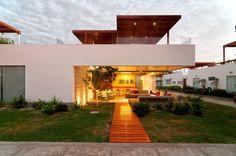 O nível de terraço é puramente social: estar, jantar, churrasco, bar, piscina e áreas de descanso.