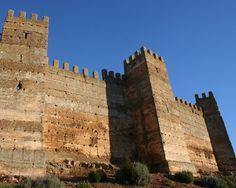"""#Jaen - #Baños de la Encina - Castillo de Burgalimar . 38°10'10"""" - 3°46'31"""" . Foto cortesía de Julia Soler . El Castillo de Burgalimar (del árabe Bury al-Hamma, """"Castillo de los Baños""""), es una fortaleza omeya, construida en el siglo X sobre un pequeño cerro que domina la localidad de Baños de la Encina, situada al norte de la provincia de Jaén"""