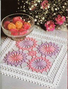 Картинки по запросу toalhinha de croche para estante quadrada