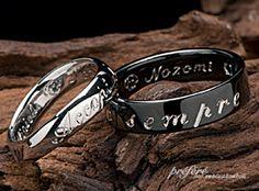 ブラックリングは、オーダーメイドで、お二人の統一感にメッセージを刻み結婚指輪としてお作りしました。