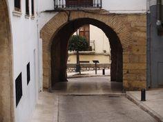 Portal de Sala: Es la única de las tres entradas al pueblo que queda en pie. Antiguamente daba lugar a la zona de la huerta. Las murallas fueron construidas a partir de 1291, pero durante la guerra de Sucesión quedaron destrozadas prácticamente sus 16 torres.