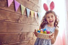 Ecco tanti modi per prepararsi con tutta la famiglia e allegramente alla Pasqua: uova da colorare, lavoretti, filastrocche, ricette, biglietti di auguri e centrotavola. Tante idee originali e creative che renderanno felici i bimbi!